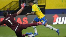 Brasil langsung menyerang Uruguay di awal laga dan mampu unggul 1-0 pada menit ke-10. Neymar berhasil memanfaatkan umpan lambung Fred dengan penyelesaian dingin yang mengecoh penjaga gawang Fernando Muslera. (AP/Andre Penner)