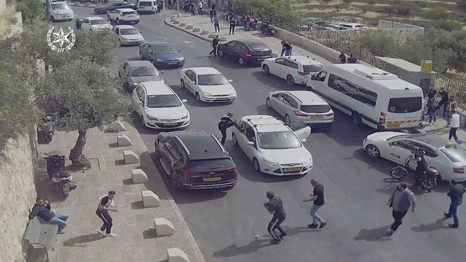 Berdasarkan rekaman kamera pengawas, seseorang menyerang mobil putih sebelum kecelakaan. Dok: Kepolisian Israel via The Jerusalem Post