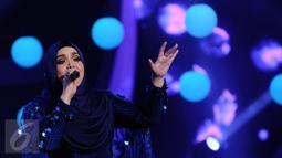 Penyanyi asal Malaysia, Siti Nurhaliza saat tampil di Konser Kemenangan D'Academy Asia 2 di Studio 5 Indosiar, Jakarta, Kamis (29/12). Siti juga menjadi komentator penampilan para finalis D2 Academy Asia. (Liputan6.com/Helmi Fithriansyah)
