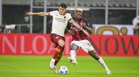 Penyerang AC Milan, Rafael Leao, berduel dengan bek AS Roma, Roger Ibanez, pada laga pekan kelima Serie A di San Siro, Selasa (27/10/2020) dini hari WIB. Pada pertandingan tersebut, Milan harus puas bermain 2-2 kontra Roma. (Fabio Rossi/LaPresse via AP)