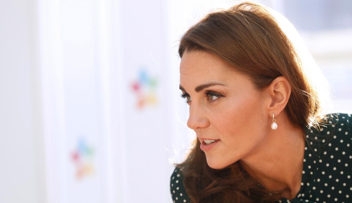 Kate Middleton saat mengunjungi Rumah Sakit Anak Evelina di London, Inggris (11/12). Istri Pangeran William ini tampil cantik dengan balutan gaun polkadot hijau dari L.K. (Chris Jackson/Pool via AP)