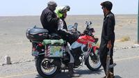 Stephen Langitan yang melintasi 22 negara mengendarai Kawasaki Versys 250. (ist)