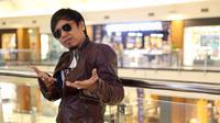 Vokalis band Radja, Ian Kasela melebarkan kariernya. Ia bermain dalam film layar lebar berjudul Musik Untuk Cinta. Lantas apa pertimbangannya hingga ia memutuskan untuk main film. (Nurwahyunan/Bintang.com)