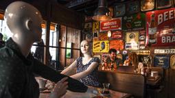 Manekin, ditempatkan di beberapa meja untuk menjaga aturan sosial di restoran dan kafe di Istanbul (1/6/2020). Turki membuka kembali restoran, kafe, dan pasar Grand Bazaar abad ke 15 Istanbul yang ikonis karena pemerintah semakin meringankan pembatasan coronavirus. (AFP Photo/Ozan Kose)
