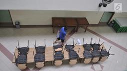 Petugas mengepel lantai ruang makan di Asrama Haji Pondok Gede, Jakarta, Kamis (4/7/2019). Panitia Penyelenggara Ibadah Haji (PPIH) embarkasi Jakarta - Pondok Gede siap menyambut jemaah haji kloter pertama DKI Jakarta yang dijadwalkan tiba pada Sabtu (6/7). (merdeka.com/Iqbal S Nugroho)