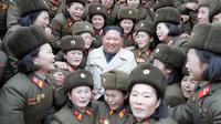 Kim Jong Un bertemu tentara wanita di garis depan Korea Utara. Dok: KCPA via Nknews.org