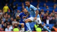 Penyerang Manchester City, Gabriel Jesus, mencetak gol ke gawang Chelsea pada laga pekan keenam Premier League 2021/2022. (AFP/Ben Stansall)
