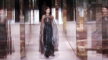 Model Bella Hadid mengenakan busana kreasi Fendi's Spring-Summer 2021 Haute Couture dalam acara Paris Fashion Week di Paris, Prancis, Rabu (27/1/2021). Paris Fashion Week 2021 diramaikan oleh deretan model ternama dunia. (AP Photo/Francois Mori)