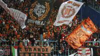 Meskipun harus berangkat ke Malang tidak mengurangi jumlah animo The Jakmania yang menyaksikan laga antara Persija melawan Arema Cronus di Stadion Kanjuruhan, Malang, Sabtu (28/11/2015). (Bola.com/Robby Firly)