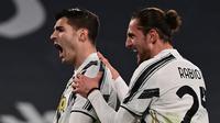 Striker Juventus, Alvaro Morata (kiri) bersama Adrien Rabiot melakukan selebrasi usai mencetak gol ketiga timnya ke gawang Lazio dalam laga lanjutan Liga Italia 2020/21 di Allianz Stadium, Turin, Sabtu (6/3/2021). Juventus menang 3-1 atas Lazio. (AFP/Miguel Medina)