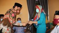 Wakil Wali Kota Bengkulu Dedy Wahyudi mengantarkan uluran kasih kepada salah seorang tenaga honorer yang menderita penyakit kanker payudara. (Liputan6.com/Yuliardi Hardjo)