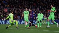 Striker Barcelona, Lionel Messi berusaha mencetak gol ke gawang Levante pada leg kedua babak 16 besar Copa del Rey di Stadion Camp Nou, Kamis (17/1). Barcelona lolos ke perempat final Copa Del Rey usai menang 3-0 atas Levante. (AP/Manu Fernandez)