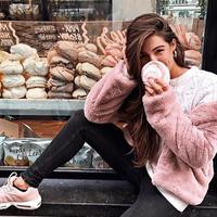 Musim hujan yang dingin tak berarti harus sembunyikan tubuh di balik sweater tebal saja, lho. (Foto: instagram.com/ootdmagazine)