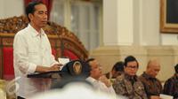Presiden Jokowi memberikan paparan pada sidang Kabinet Paripurna di Istana Negara, Jakarta, Jumat (9/9). Sidang kabinet paripurna tersebut membahas hasil kunjungan kerja presiden ke Tiongkok dan Laos. (Liputan6.com/Faizal Fanani)