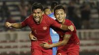 Asnawi Mangkualam (kiri) sukses mengantarkan tim sepak bola Sumsel di peringkat kedua Cabor sepak bola PON Jabar 2016. Bakatnya yang mampu bermain di segala posisi membuat Shin Tae Yong memasukkannya ke dalam daftar skuat Timnas Indonesia saat ini. (Bola.com/M. Iqbal Ichsan)