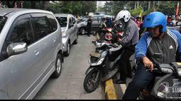 Para pengendara baik mobil maupun motor terpaksa memasuki jalur busway agar terhindar dari kemacetan, Jakarta, Senin (18/8/2014) (Liputan6.com/Miftahul Hayat)