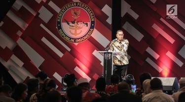 Menteri Pertahanan Ryamizard Ryacudu memberikan sambutan saat menghadiri acara silaturahmi dengan Forum Rekat Anak Bangsa di Jakarta, Senin (12/8/2019). Ryamizard berharap silaturahmi ini dapat menciptakan suasana damai di masyarakat. (Liputan6.com/Faizal Fanani)