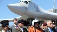 """Salah satu jet pembom Rusia TU-160 """"Blackjack"""" mendarat di Caracas untul latihan militer bersama antara Rusia dan Venezuela (AFP/Federico Parra_"""
