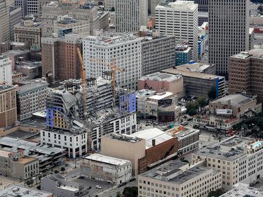 Gambar udara memperlihatkan bangunan Hard Rock Hotel yang tengah dibangun runtuh di pusat kota New Orleans, Sabtu (12/10/2019). Setidaknya satu orang tewas dan 18 lainnya terluka akibat insiden ini. (AP Photo/Gerald Herbert)