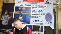Banner contoh Surat Izin Mengemudi (SIM) terpasang di Satlantas Polresta Depok, Jawa Barat, Senin (1/7/2019). Polresta Depok menggratiskan pembuatan SIM baru dan perpanjangan bagi warga yang berulang tahun pada 1 Juli atau bertepatan dengan HUT ke-73 Bhayangkara. (Liputan6.com/Immanuel Antonius)