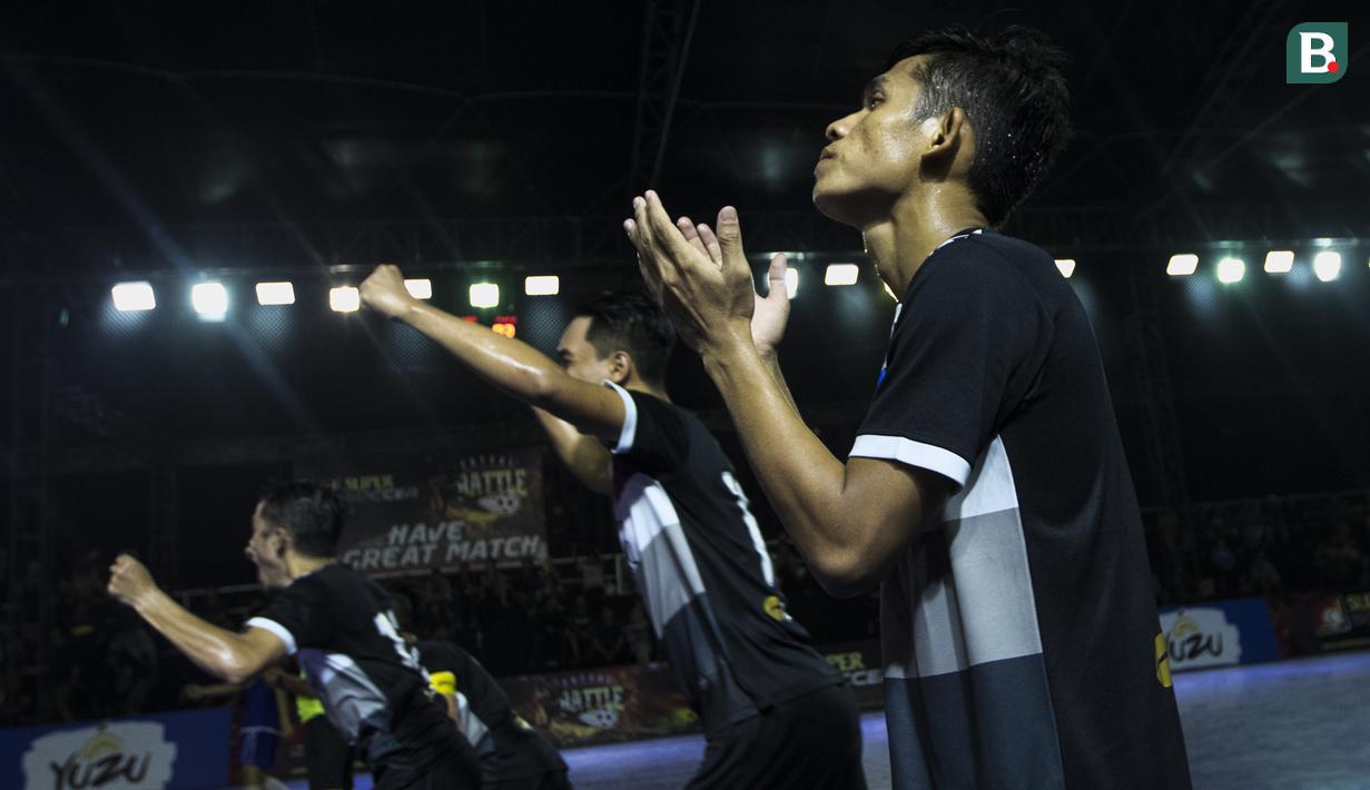 Pemain Kerambah FC melakukan selebrasi usai mengalahkan Al-Falah pada laga Grand Final Futsal Battle di Mall Taman Anggrek, Jakarta, Minggu (14/10). Kerambah FC juara melalui adu penalti. (Bola.com/Vitalis Yogi Trisna)