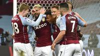 Para pemain Aston Villa merayakan gol yang dicetak oleh Ollie Watkins ke gawang Liverpool pada laga Liga Inggris di Stadion Villa Park, Minggu (4/10/2020). Liverpool takluk dengan skor 7-2. (AP Photo/Rui Vieira, Pool)