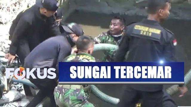 Anggota TNI menyelami Sungai Citarum yang tercemar limbah tekstil selama lima tahun.