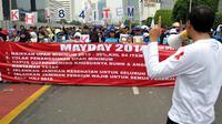 Ribuan buruh dari berbagai serikat pekerja melakukan aksi saat peringatan Hari Buruh Internasional di Jalan MH Thamrin, Jakarta, Kamis (1/5/14). (Liputan6.com/Johan Tallo)