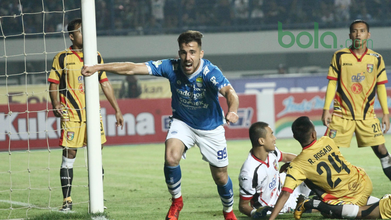 Striker Persib Bandung, Jonathan Bauman melakukan selebrasi setelah mencetak gol ke gawang Mitra Kukar di Stadion GBLA, Bandung, Jawa Barat, Minggu (8/4/2018). Persib Bandung menang 2-0. (Bola.com/Asprilla Dwi Adha)