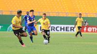 Pemain Persija Jakarta, Riko Simanjuntak, membawa bola dalam pertandingan kontra Becamex Binh Duong di matchday kelima Grup G Piala AFC 2019 di Stadion Go Dau, Vietnam, Rabu (1/5/2019). Persija kalah 1-3 dalam pertandingan ini. (Media Persija)