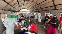 Kegiatan surveilens berupa rapid test yang dilakukan di Pasar Pinasungkulan Karombasan, Manado.