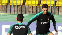 Penyerang Portugal, Cristiano Ronaldo mengontrol bola saat mengikuti latihan tim jelang menghadapi Lithuania pada Kualifikasi Euro 2020 di Vilnius, Lithuania (9/9/2019). Di grup B Portugal menempati posisi kedua dengan poin lima sedangkan Lithuania menjadi juru kunci dengan poin satu. (AFP Photo/Pet