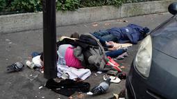 Para imigran tidur di jalanan Kota Paris, Prancis, Rabu (6/11/2019). Gelombang imigran membanjiri Prancis akibat konflik dan kemiskinan di Asia, Timur Tengah, dan Afrika sejak 2015. (AP Photo/Francois Mori)