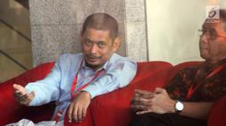 Direktur Bisnis PT Industri Telekomunikasi Indonesia (PT INTI), Teguh Adi Suryandono menunggu panggilan oleh penyidik di Gedung KPK, Jakarta, Senin (26/8/2019). Teguh diperiksa sebagai saksi untuk tersangka Direktur Keuangan PT Angkasa Pura II nonaktif Andra Y Agussalam. (merdeka.com/Dwi Narw