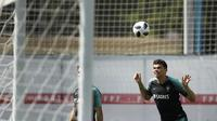 Bek Portugal, Pepe, menyundul bola saat latihan jelang laga putaran kedua Piala Dunia di Kratovo, Rusia, Selasa (19/6/2018). Portugal akan berhadapan dengan Maroko. (AP/Francisco Seco)