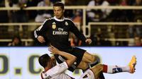 Pemain sayap Real Madrid Cristiano Ronaldo dilanggar pemain Rayo Vallecano Antonio Amaya (JAVIER SORIANO/AFP)