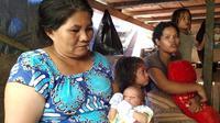 Bayi 3 hari di tenda pengungsi korban gempa Halmahera. (Liputan6.com/Hairil Hiar)