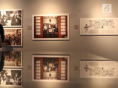 "Pengunjung mengamati karya yang dipajang dalam pameran bertajuk ""Jagung Berbunga di Antara Bedil dan Sakura"" di Galeri Foto Jurnalistik Antara, Pasar Baru, Jakarta, Rabu (15/8). (Liputan6.com/Immanuel Antonius)"