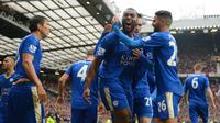 Para pemain Leicester City melakukan selebrasi setelah kapten Wes Morgan mencetak gol ke gawang Manchester United, Minggu (1/5/2016). (Reuters/Carl Recine)