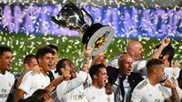 Pelatih Real Madrid, Zinedine Zidane, merayakan juara La Liga usai timnya mengalahkan Villreal pada laga lanjutan pekan ke-37 di Estadio Alfredo Di Stefano, Jumat (17/7/2020) dini hari WIB. (AFP/Gabriel Bouys)