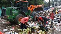 Pemulung memilah sampah di Tempat Pembuangan Sementara Kalibata, Jakarta, Jumat (10/4/2020). Kadis Lingkungan Hidup DKI Jakarta, Andono Warih mengatakan terjadi penurunan tonase sampah rata-rata 620 ton per hari selama penerapan WFH akibat pandemi Covid-19. (Liputan6.com/Helmi Fithriansyah)
