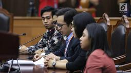 Kuasa pemohon yang merupakan mahasiswa FHUI, Zico Leonard Djagardo Simanjuntak (tengah) mengikuti sidang uji materi UU KPK di Gedung MK, Jakarta, Senin (30/9/2019). Uji materi UU KPK diajukan oleh 18 mahasiswa. (Liputan6.com/Angga Yuniar)