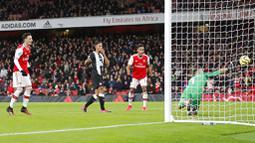 Gelandang Arsenal, Mesut Ozil, mencetak gol ke gawang Newcastle United pada laga Premier League di Stadion Emirates, Minggu (16/2/2020). Arsenal menang 4-0 atas Newcastle United. (AP/Frank Augstein)