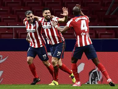 Penyerang Atletico Madrid, Luis Suarez (tengah) berselebrasi dengan rekannya usai mencetak gol ke gawang Celta Vigo pada pertandingan lanjutan La Liga Spanyol di stadion Wanda Metropolitano di Madrid, Spanyol, Selasa (9/2/2021). Suarez mencetak dua gol dipertandingan ini. (AP Photo/Jose Breton)