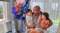 The Rock dan putrinya, Jasmine dan Tiana Gia. (Instagram/ therock)