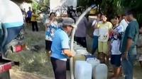 Meski keruh dan berbau, puluhan warga tetap antre pembagian air yang dibagikan PDAM.