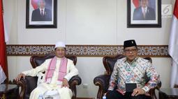 Suasana pertemuan Sekjen PDIP Hasto Kristiyanto (kanan) dengan Imam Besar Masjid Istiqlal Prof Nasaruddin Umar di Masjid Istiqlal, Jakarta, Rabu (11/4). Silaturahmi ini juga untuk menyampaikan gagasan PDIP mengenai keislaman. (Liputan6.com/Pool/Joan)