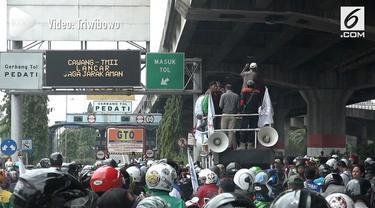 Buruh melakukan demonstrasi kenaikan UMR di depan pintu tol Rawamangun. Akibatnya kemacetan panjang tidak bisa dihindari pengguna jalan.