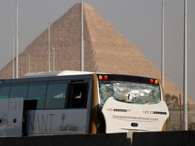 Sebuah bus wisata rusak setelah ledakan bom di jalan dekat Piramida Giza, Kairo, Minggu (19/5/2019). Informasi dari sumber keamanan di Mesir menyebut sedikitnya 17 orang dari berbagai kewarganegaraan terluka dalam insiden itu, salah satunya warga negara A