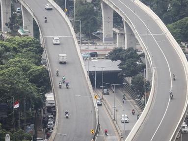 Kendaraan bermotor melintas di kawasan Jalan Layang Non Tol (JLNT) Tanah Abang - Kampung Melayu, Jakarta, Rabu (6/3). Mereka nekat menerobos JLNT untuk menghindari kemacetan. (Liputan6.com/Fery Pradolo)